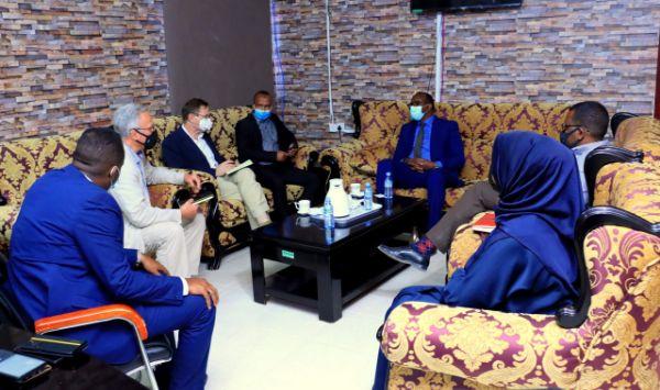 Wasiirka Warfaafinta oo la Kulmay Masuuliyiinta Ingiriiska u Qaabilsan Somaliland